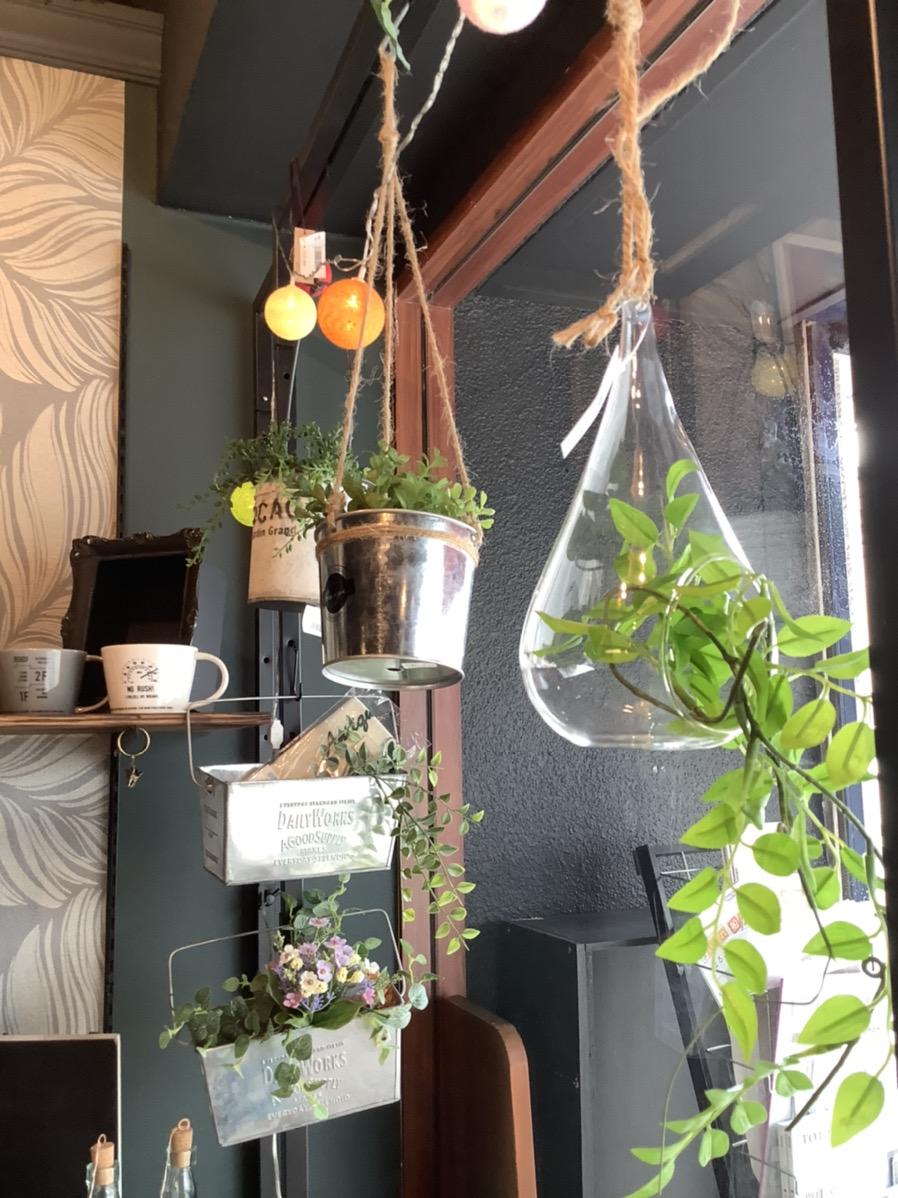 観葉植物を吊り下げて楽しいハンギングプランターも販売しております。 お好みに合わせてカップタイプ、ガラス瓶タイプとございます。